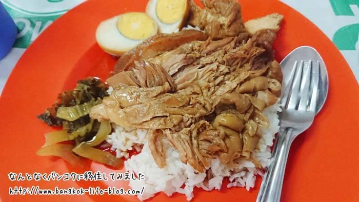 バンコク ローカル食堂のカオカームー
