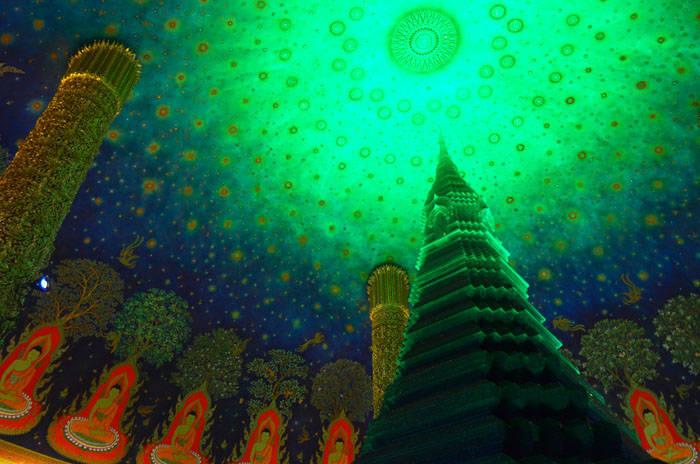 バンコクの幻想的な緑の寺院 ワットパクナムの紹介