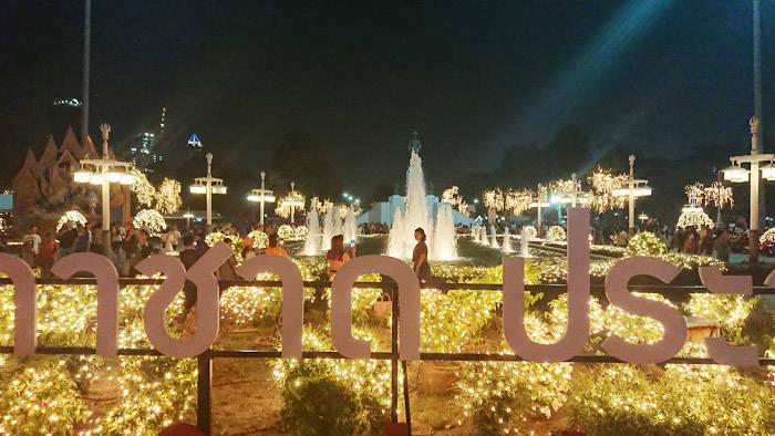 バンコク ルンピニー公園のロイクラトン(灯籠流し)
