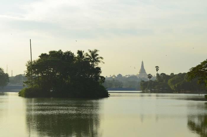 ヤンゴン カンドージ公園からみるシュエダゴン パゴダ