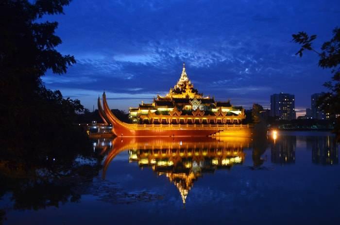 ヤンゴン 夜のカラウェイ パレス