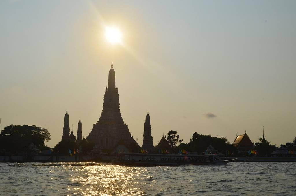 バンコク チャオプラヤー川で貸切でボートを借りる方法と説明