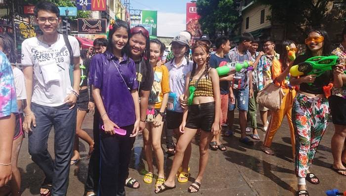 タイ バンコクのカオサン通りのソンクラーンの紹介
