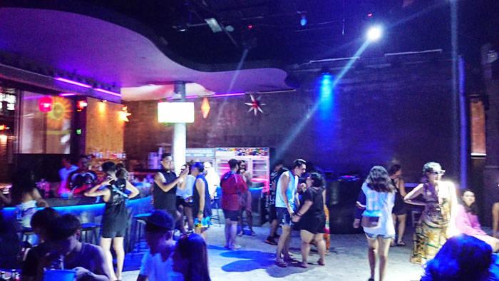 サメット島のクラブ silver sand barで夜遊び