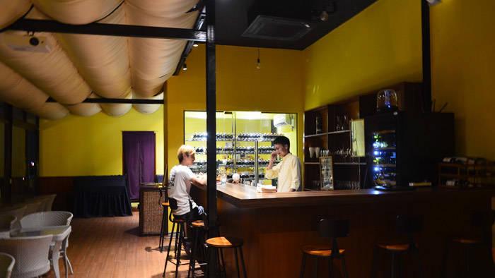 ヤンゴンのバー 月とワイン