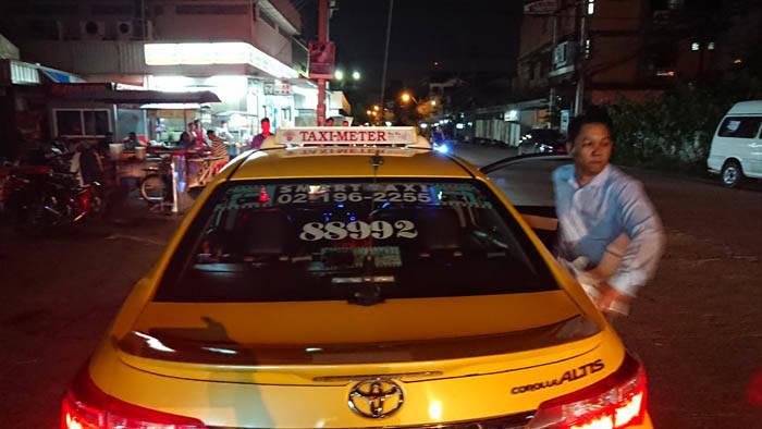 バンコクの女性に暴力をふるうタクシードライバー