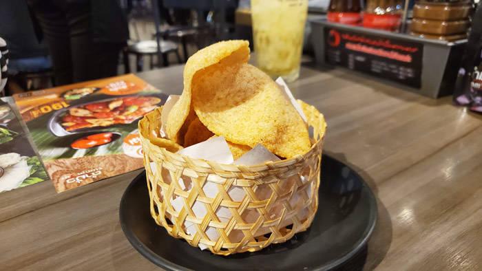 バンコクのタイ料理レストラン tummourのフライドシュリンプチップス