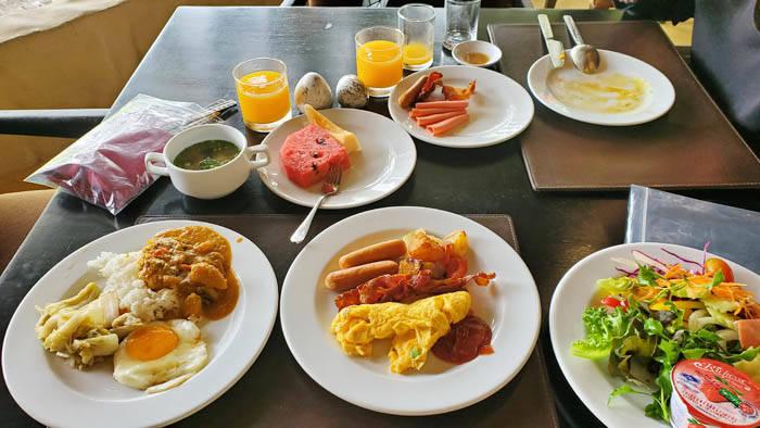カオヤイのキリマヤ ゴルフ リゾート & スパの朝食ビュッフェ