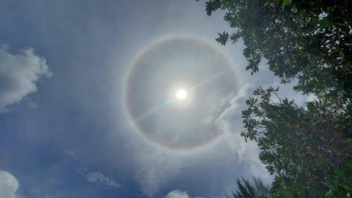 太陽の周りにかかる虹