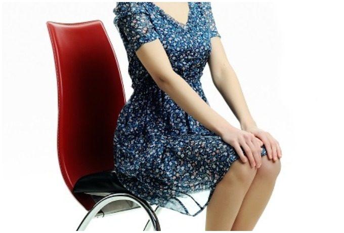 椅子に浅く座る