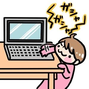 パソコンをいたずらする赤ちゃん