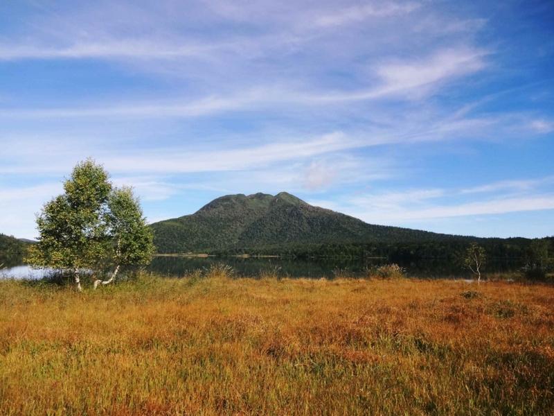 絶景 尾瀬沼に浮かぶ 燧が岳の落ち着きと重量感