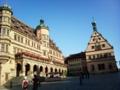 ②ドイツ。ローテンブルクの市庁舎前広場