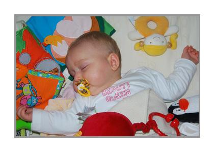 おしゃぶりで眠る赤ちゃん