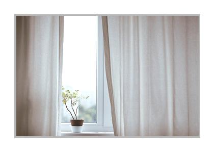 朝、カーテンが開けられた窓