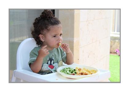 食事中の子どもの画像