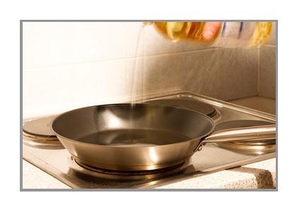 フライパンで調理する画像