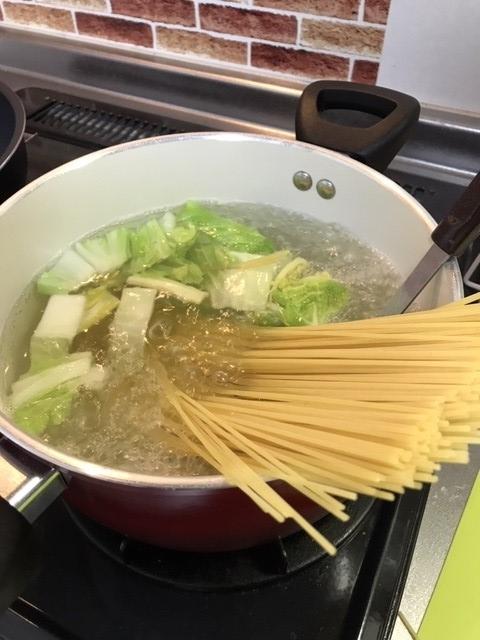 鍋にパスタと白菜を投入します