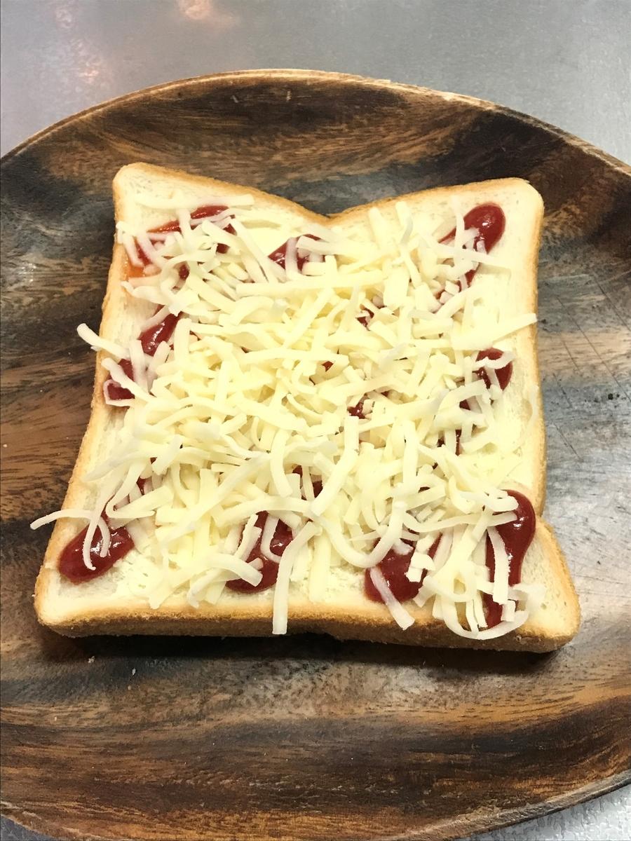 ピザ用チーズをたっぷり乗せます