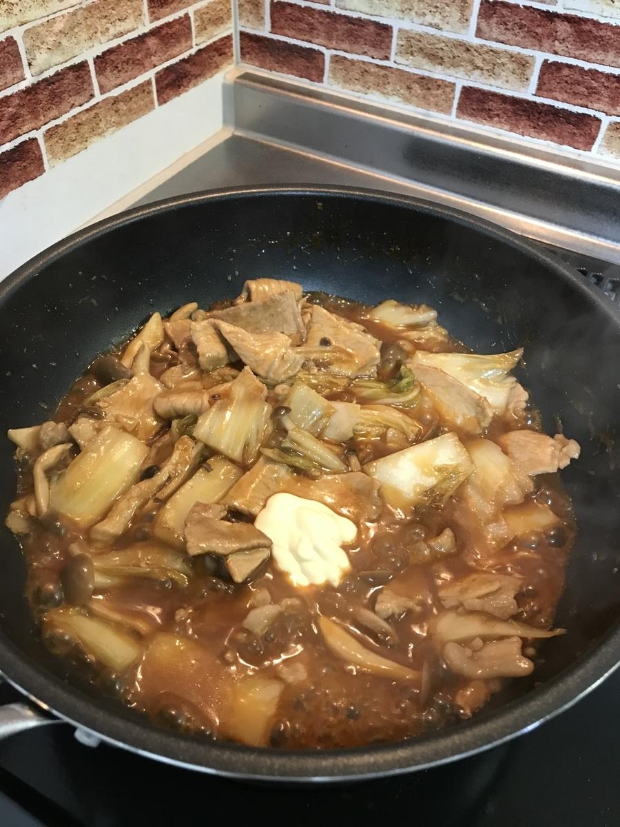 マヨネーズを加えて5分ほど煮込みます。(入れすぎ注意!)
