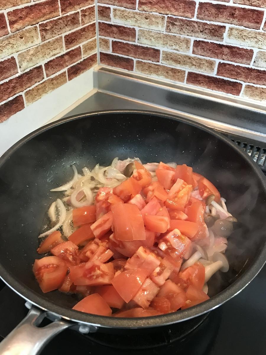 トマトも加えて加熱します