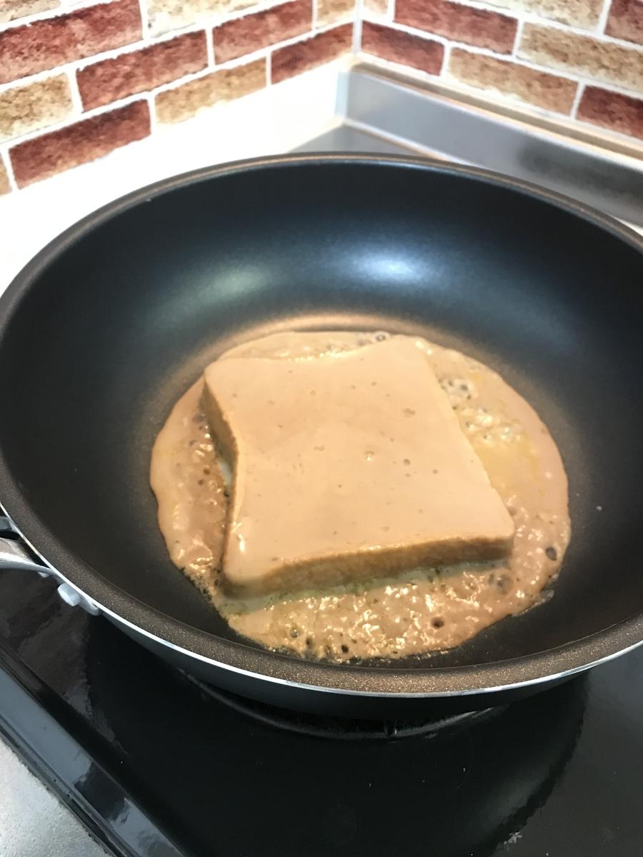 卵液に浸したパンを中火で焼いていきます