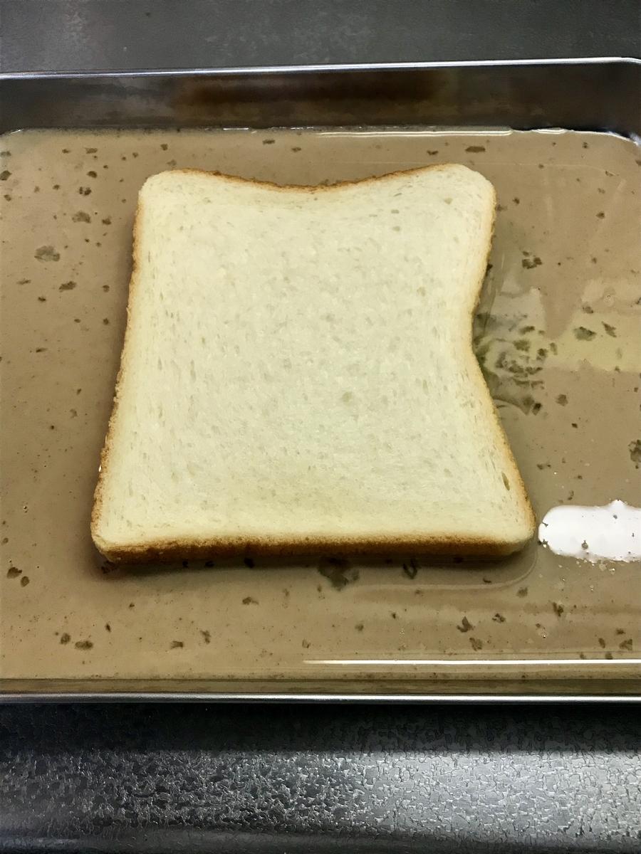 別の容器に移し替えて、卵液に食パンを両面浸します
