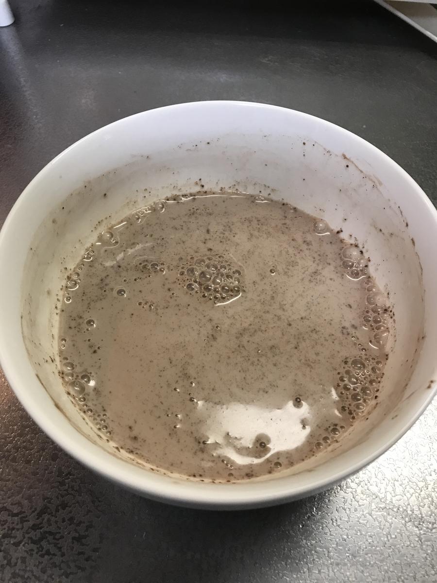 牛乳とココアパウダーを混ぜ合わせます