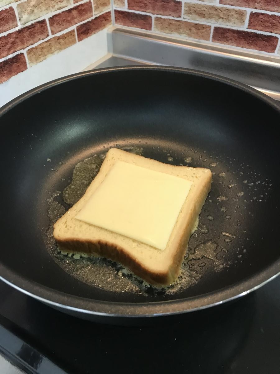 スライスチーズを乗せます