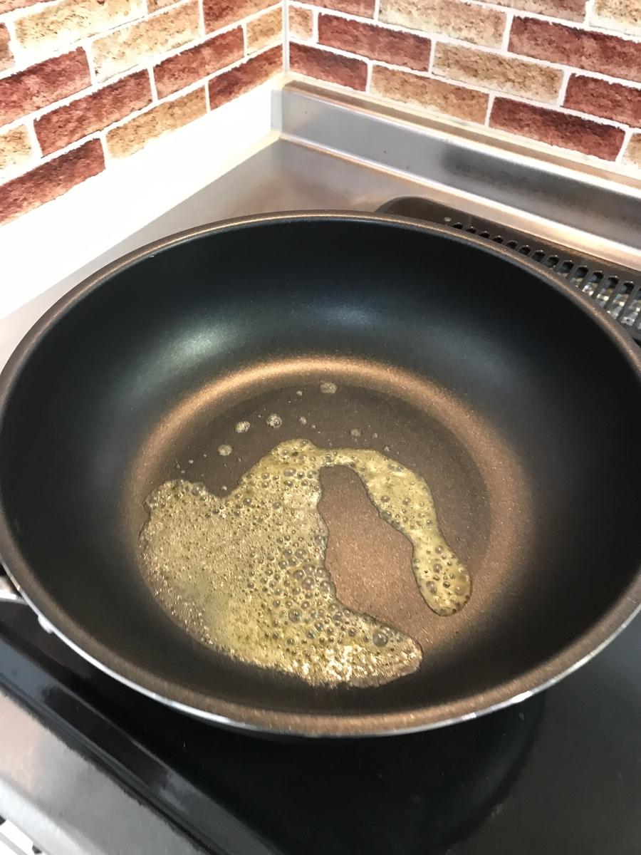 フライパンにバターを敷きます