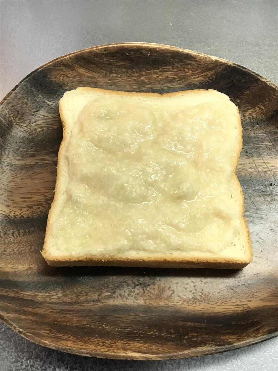 混ぜ合わせたとろろを食パンに塗ります