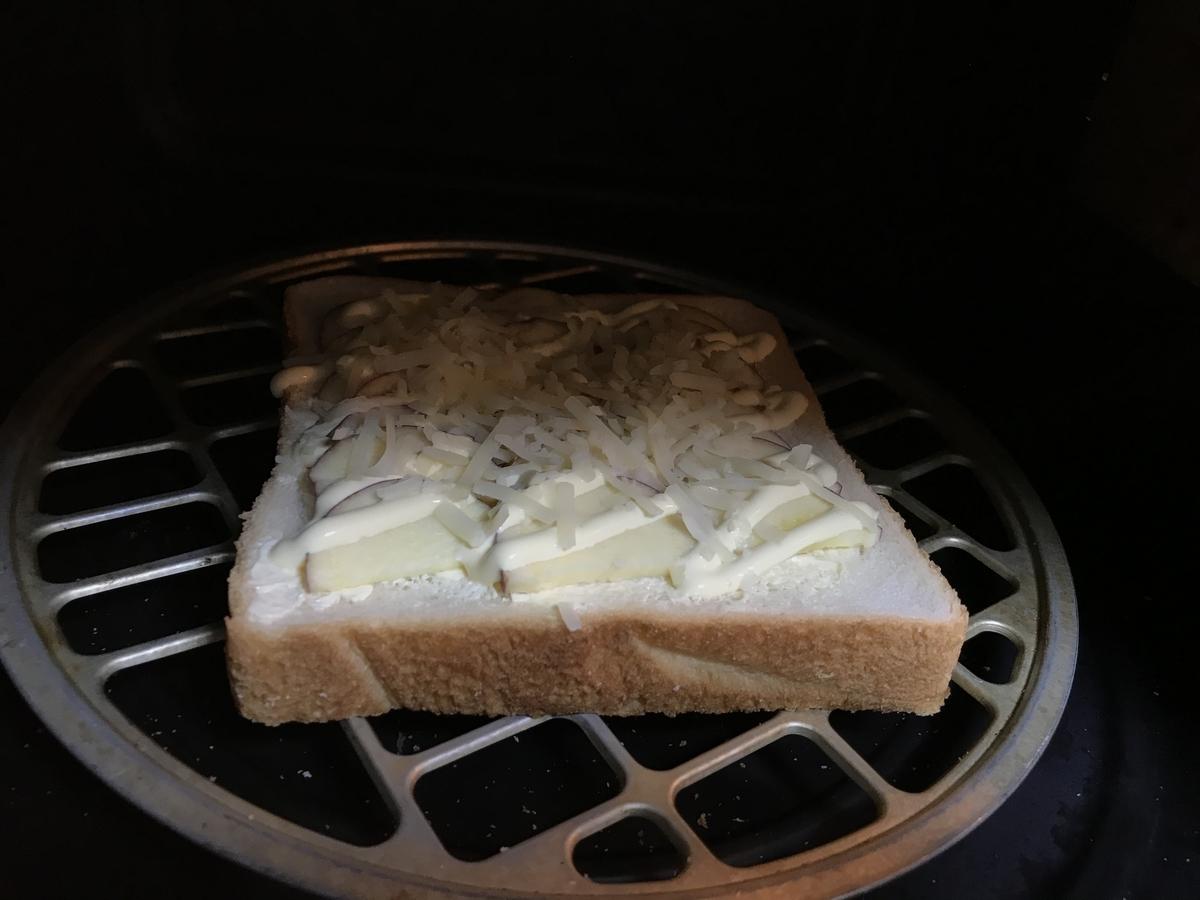 さつまいもトーストをオーブントースターで約5分焼きます