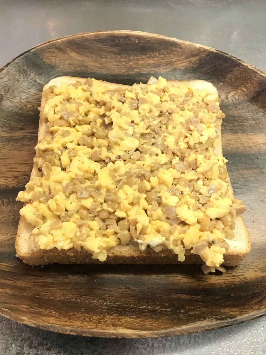 混ぜ合わせた納豆スクランブルエッグを食パンの上に乗せます