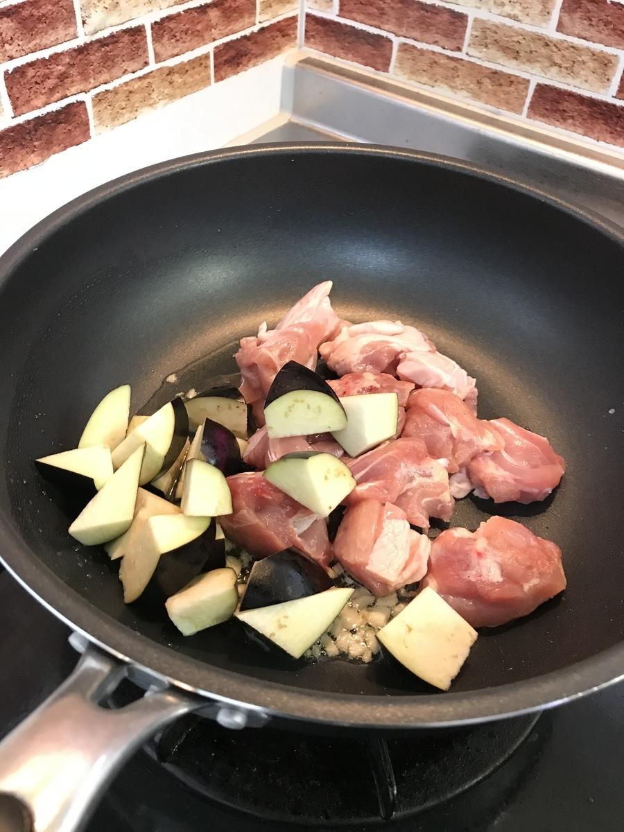 ニンニクの香りがしてきたら鶏肉と茄子を中火で炒めます