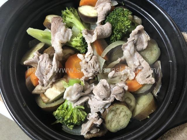 タジン鍋の蒸し野菜料理