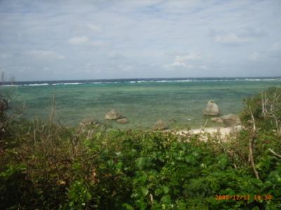 多良間島・トゥガリラの浜から遠く水納島を望む