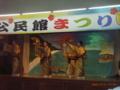 島ナイチャーの友人も島に溶け込み踊る