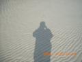 奥武島・浜の風紋と風人の影