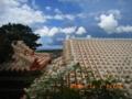 沖縄本島・首里の真新しい赤瓦屋根と夏空