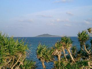 池間大橋手前から大神島を望む
