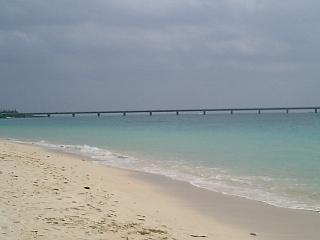 宮古島前浜ビーチから来間大橋を望む