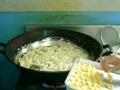 作りたてのパナ模様の素材を揚げる