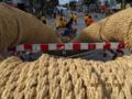 コザのゲート通りには巨大な綱が出番を待つ!