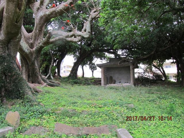 沖縄市与儀上殿の拝所