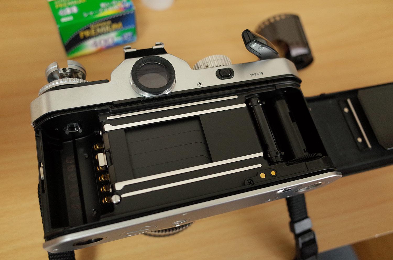 フィルムをカメラに入れるやり方