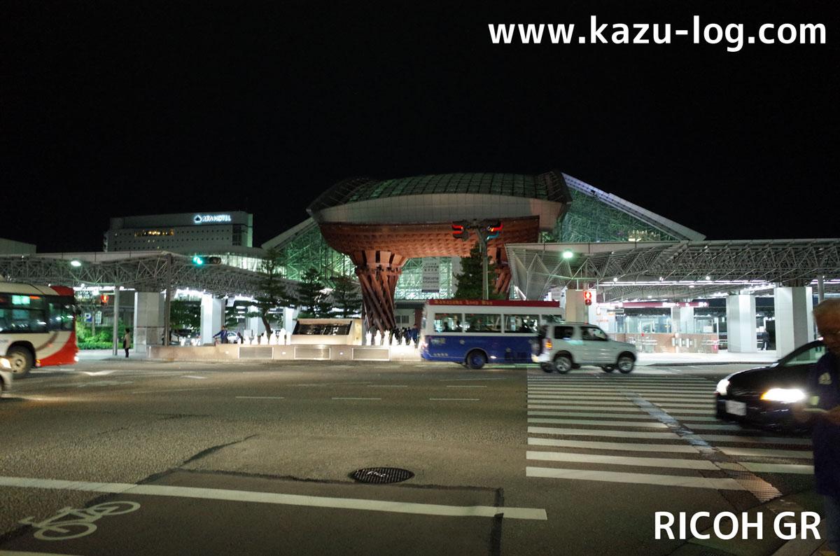道路を挟んで撮影した金沢駅(RICOH GR)