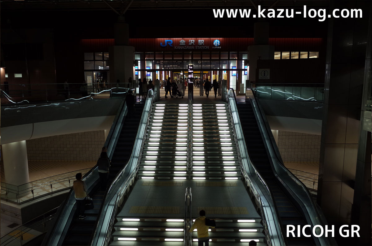 金沢駅のエスカレーター(RICOH GR)