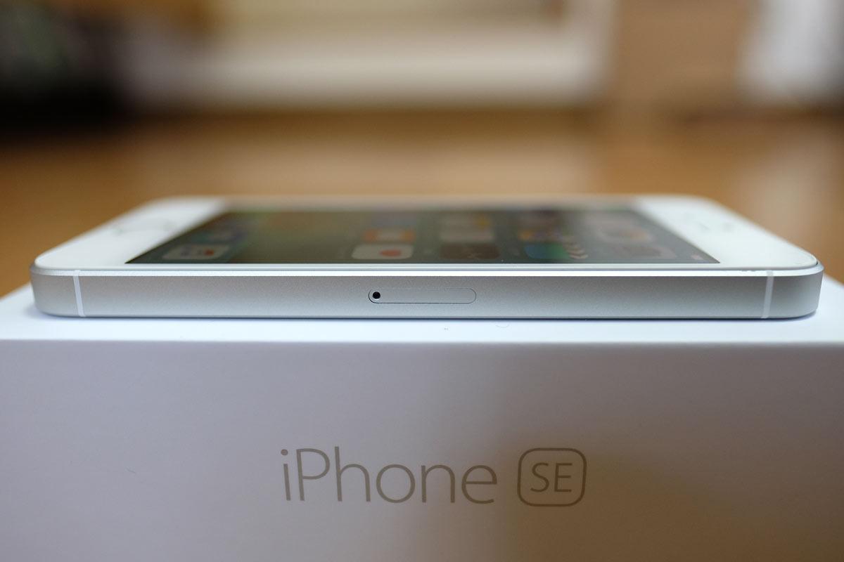 iPhone SEのSIMカードスロット