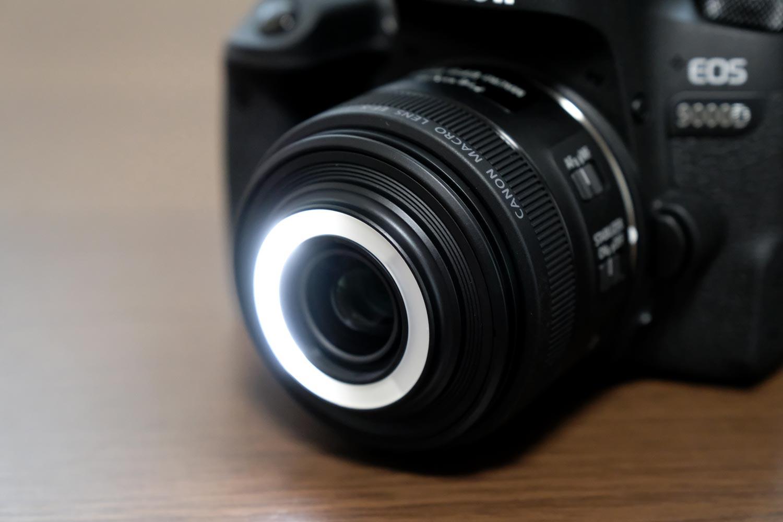 EF-S35mm F2.8 マクロ LED 右ライト(強)ON状態