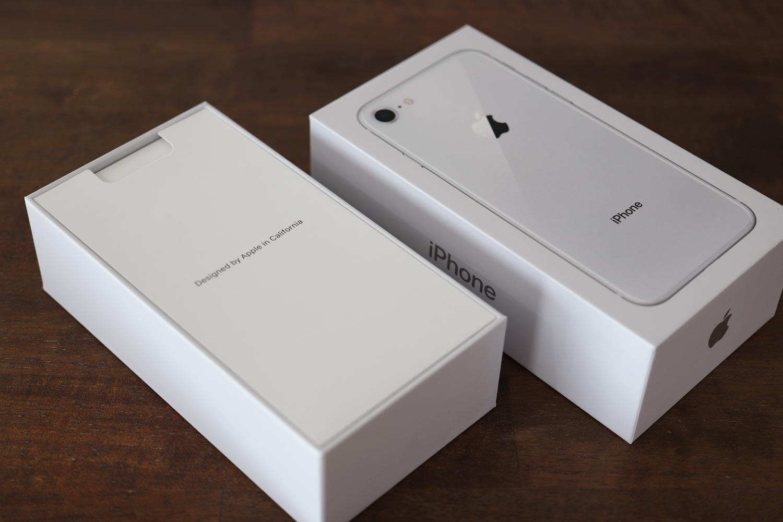 iPhone 8の箱を開ける